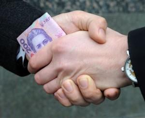 На Київщині медик заробляв шалені гроші на продажі довідок